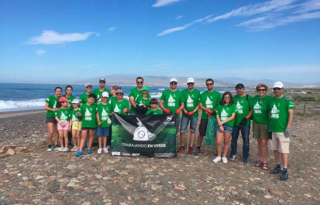 Aquarium Costa de Almería colabora en la limpieza de la playa de Torregarcía (Cabo de Gata-Níjar)